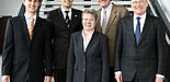 Foto (Universität Paderborn, Adelheid Rutenburges): Das Forschungsteam der Paderborner Wirtschaftsinformatik (v. li.): Jun.-Prof. Dr. Achim Koberstein, Prof. Dr. Dennis Kundisch, Prof. Dr. Leena Suhl, Prof. Dr. Joachim Fischer und Prof. Dr. Wilhelm Dange