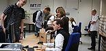 Foto (Frauke Döll): Auszubildende Jeannette Schopny und Sebastian Porombka, studentische Hilfskraft des IMT, statten die Erstsemester mit Netbooks und Informationen aus.