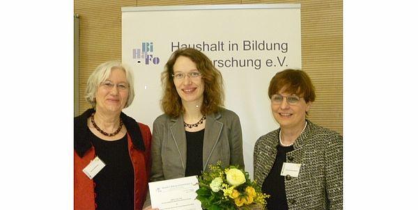 Foto (Universität Paderborn, Regina Bigga): HaBiFo-Nachwuchs-Preisverleihung 2015: (v. l. n. r.) Prof. Dr. Barbara Methfessel, Stefanie Nolte und Prof. Dr. Kirsten Schlegel-Matthies.