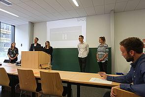 Foto: Nach den Präsentationen stellten sich die Studierenden den Fragen der Initiativenvertreter, der Profi-Betreuer und der Kommilitonen. Dozent und Projektleiter Mario Seidl (rechts) macht fleißig Notizen.