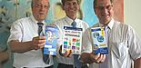 Foto (Universität Paderborn, Frauke Döll): Bürgermeister Heinz Paus, Uni-Präsident Prof. Dr. Nikolaus Risch und HNF-Geschäftsführer Dr. Kurt Beiersdörfer mit den Produkten einer gelungenen Kooperation.