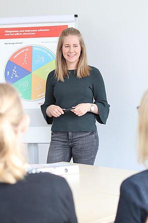 Foto (Cinderella Welz, Universität Paderborn): Annkatrin Buchen von der Zentralen Studienberatung erklärt Teilnehmern des Workshops den Talentkompass NRW.