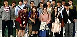 Foto (Universität Paderborn): Über den erfolgreichen Abschluss der Summer School freuen sich mit den Studierenden aus Tohoku Prof. Dr. Martin Schneider, Dekan der Fakultät für Wirtschaftswissenschaften, und Prof. Dr. Stefan Jungblut, Programmkoordinat