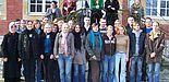 Foto (Mark Heinemann): Interessante Gesprächspartnerin: Jana Scheerer, hier mit grünem Pullover, stand den Studenten um Dozentin Prof. Dr. Gisela Ecker, die auf diesem Foto rechts neben der Nachwuchsautorin steht, zwei Tage lang Rede und Antwort. Der Ku