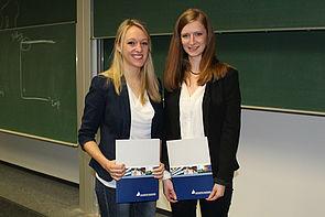 """Foto  (Universität Paderborn, Ricarda Michels): TutorInnen-Zertifizierung """"T-Cert"""" für Juliana Ledigen (l.) und Anna Bäumler (r.)."""