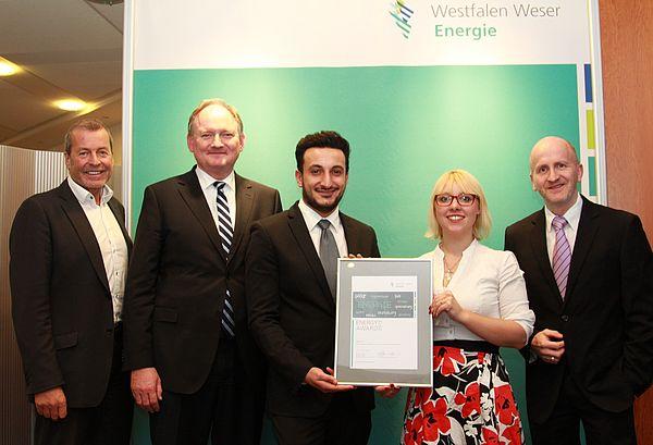 Foto: (v. l.) Ulrich Meyer, EnergieImpulsOWL und Juryvorsitzender, Dr. Stephan Nahrath, Geschäftsführer Westfalen Weser Energie, Laban Asmar und Anne Oppermann (Sprecher der AG) sowie Dr. Dirk Prior.