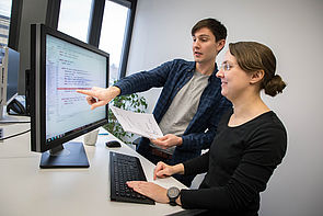 Foto (Fraunhofer IEM): Johannes Späth und Dr. Claudia Priesterjahn entwickeln am Fraunhofer IEM gemeinsam mit Oracle Programme, die Softwarefehler systematisch finden.