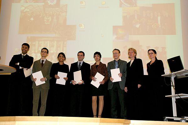 Foto: Andreas Krause (3. v. re.), Universität Paderborn zusammen mit den Preisträgern der NRW Undergraduate Awards und Hannelore Kraft (2. v. re.)., Ministerin für Wissenschaft und Forschung des Landes Nordrhein-Westfalen