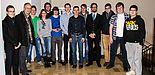 "Foto (Universität Paderborn, Department Physik): Der Projektkurs ""Mikroarchitektur der Natur"" nach der Abschlusspräsentation im Gymnasium Theodorianum mit Prof. Dr. Jörg Lindner (2. v. l.), Andrej Wolf (8. v. l.) und Johannes Pauly (10. v. l.)."