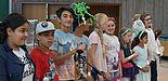 Foto (Universität Paderborn, Katharina Gefele): Die Kinder begrüßen das Publikum in 14 verschiedenen Sprachen.