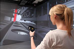 Foto (Universität Paderborn, HNI): Anwenderin navigiert durch den virtuellen Prototypen.