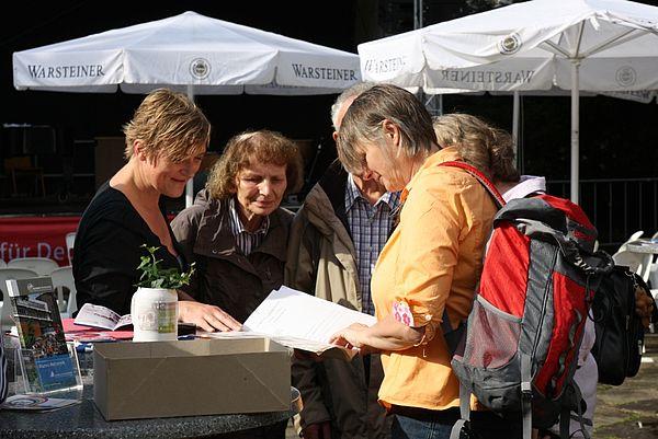 Foto (Universität Paderborn, Patrick Kleibold): Gemeinsam lösen die Teilnehmer des Ehemaligen-Treffs zu Libori 2012 das Gebäuderätsel. Die Zuordnung der Gebäude ist kniffliger als gedacht. Bei den meisten Teilnehmern liegt der Studienabschluss bereit