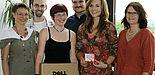 Foto (Universität Paderborn): Die ausgelosten Gewinnerinnen bekamen ein Dell Netbook (Hauptgewinn) bzw. einen MediaMarkt-Gutschein überreicht. Von links: Dr. Gudrun Oevel (Leiterin des IMT), Tobias Oetterer (Notebook-Café), Silke Telaar (Hauptgewinneri