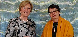 Foto (MKW): Annette Storsberg, NRW-Staatssekretärin im Ministerium für Kultur und Wissenschaft, hat Prof. Dr. Birgit Riegraf die Ernennungsurkunde zur Präsidentin der Universität Paderborn überreicht.