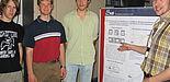 """Foto (Christiane Bernert): Von links: Fabian Marten (17), Wolfgang Fritz (18) und Maximilian Gluth (18) waren mit ihrem Physik-Leistungskurs beim """"L-Lab Day 2007"""" im Forschungszentrum auf dem Gelände der Hella Leuchten-Systeme GmbH. Tobais Hesse (re."""