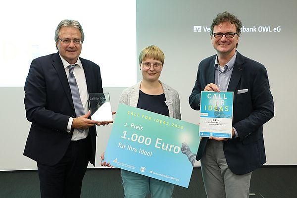 """Foto: Die Gewinnerin Dagmar Freitag aus dem Team """"Erdbeerreis"""" wird von Karl-Heinz Rawert (l.) und von Prof. Dr. Rüdiger Kabst ausgezeichnet."""