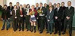 Foto (Adelheid Rutenburges): Vizepräsident Prof. Dr. Wilhelm Schäfer (9. v. l.) und Dekan Prof. Dr. Michael Dellnitz (7. v. r.) freuen sich über die erfolgreichen Preisträger der Fakultät für Elektrotechnik, Informatik und Mathematik. Ferner auf dem