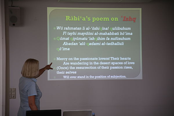 Foto: Universität Paderborn, Melina Kiziroglou. Prof. Dr. Albertini trägt ein Gedicht der Mystikerin Rābi'a al-'Adawiyya in original arabischer Sprache vor.
