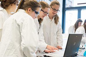 Foto (Universität Paderborn): Schülerinnen experimentieren während der Frühlings-Uni.