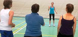 Foto (Universität Paderborn, SMI): Franziska van den Bongard vom Sportmedizinischen Institut mit ihrer Epilepsiesportgruppe in der Sporthalle der Universität Paderborn.