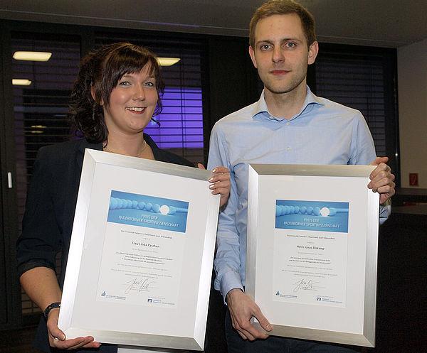 Foto (Volksbank): Die beiden Preisträger: Linda Paschen und Jonas Biskamp.