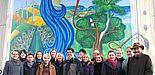 Foto (Universität Paderborn, Martin Decking): Zusammen mit Abel Morejón Galá (8. v. l.) schufen vierzehn Studierende an drei Wochenenden das deutsch-kubanische Wandbild. Darüber freuen sich auch (v. r.) Kanzler Jürgen Plato, Prof. Dr. Volker Peckhaus