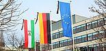 Foto (Universität Paderborn, Vanessa Dreibrodt): Trauerbeflaggung vor dem Audimax.