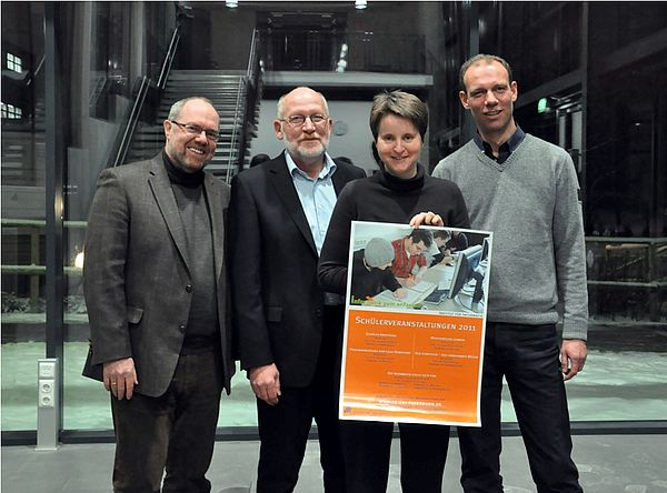 Foto (Nadja Pejic): Prof. Dr. Reinhard Keil (v. l.), Prof. Dr. Hans Kleine Büning, Prof. Dr. Heike Wehrheim und Prof. Dr. Johannes Blömer freuen sich auf viele Schülerinnen und Schüler bei den Veranstaltungen des Instituts für Informatik.