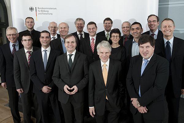 Foto: Gewinner der 3. Runde des Spitzencluster-Wettbewerbs mit dem Parlamentarischen Staatssekretär Thomas Rachel und dem Juryvorsitzenden Prof. Dr. Andreas Barner