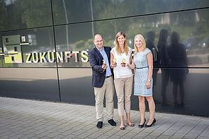 Foto (David Gense): Dreistellig! Prof. Ansgar Trächtler (Leiter Fraunhofer IEM) und Sabrina Donnerstag (Gruppenleiterin Fraunhofer IEM, rechts) begrüßen ihre 100. Mitarbeiterin Hanna Busemann (Mitte).