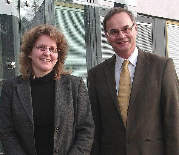 Foto (Universität Paderborn, CeOPP): Prof. Dr. Christine Silberhorn und Prof. Dr. Artur Zrenner von der Universität Paderborn freuen sich über die Förderung ihrer Forschungsprojekte.