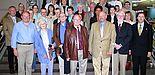 Foto (Stefan Freundlieb): (1. Reihe v. re.) Organisator Christoph Schön und Prorektor Prof. Dr. Michael Gilroy begrüßten die Mitglieder des Deutsch-Englischen Clubs mit dem Vorsitzenden Kreisdirektor Heinz Köhler und Manager Major Martin Waters.