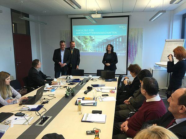 Foto: Dr. Viachaslau Nikitsin (l.), Projektkoordinator Prof. Dr. Dr. h. c. mult. Klaus Rosenthal (m.) und die Dekanin der Fakultät Wiwi, Frau Prof. Dr. Caren Sureth-Sloane (r.), begrüßen die Projektteilnehmer.