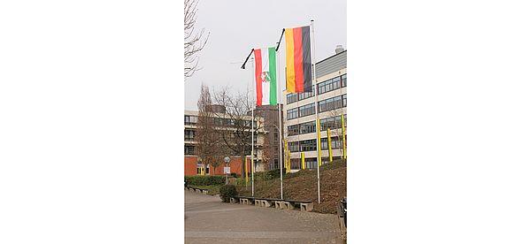 Foto (Universität Paderborn, Frauke Döll): Trauerbeflaggung anlässlich des Flugzeugunglücks vor dem Audimax der Universität Paderborn.