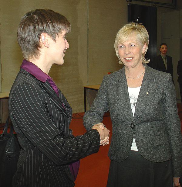 Foto (Martin Decking): Irmgard Kurek (l.), die Präsidentin des Zonta Club Paderborn, gratuliert der Preisträgerin Dr. Kathrin Padberg.