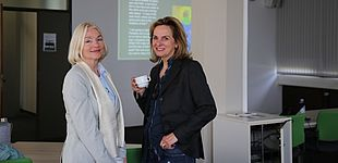 Foto: Universität Paderborn, Melina Kiziroglou. Prof. Dr. Albertini (University of Hawai'i, Manoa) und Prof. Dr. Hagengruber (Leiterin des Centers History of Women Philosophers and Scientists, Universität Paderborn).