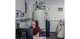 Foto (Universität Paderborn, Johannes Pauly): Forschung am neuen Hochfeld-NMR-Spektrometer des Departments Chemie.