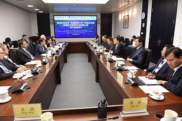 Foto (Zhiquan Lin): Erste gemeinsame Sitzung der drei Parteien: Herr Prof. Dr. Qingling Li, Repräsentant QUST, Prof. Dr. Birgitt Riegraf, Repräsentantin der Universität Paderborn und Herr Zhao Shiyu, Repräsentant Sino-German Ecopark Qingdao.