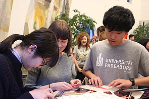 Foto (Universität Paderborn): Teilnehmer des ISP 2018 während einer Gruppenarbeit an der Uni Paderborn.
