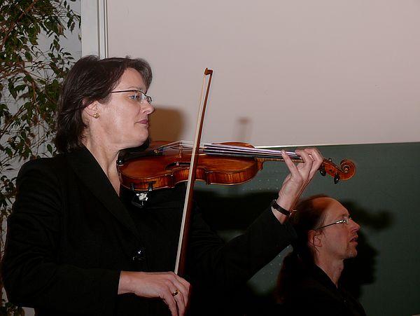 Foto: Uta Heidemann-Diedrich (Violine) und Eckhard Wiemann (Klavier) führten stimmungsvoll in den Abend ein.