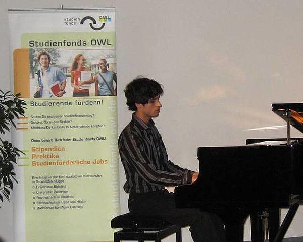 Am Flügel: Stipendiat der Musikhochschule Arya Alimadadi, ist bereits seit Anfang 2007 Stipendiat.