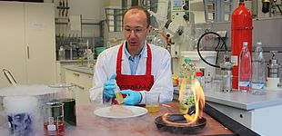 Foto (Universität Paderborn): Food-Design im Labor: Gegrillte Hühnerbrust ganz ohne Grill.