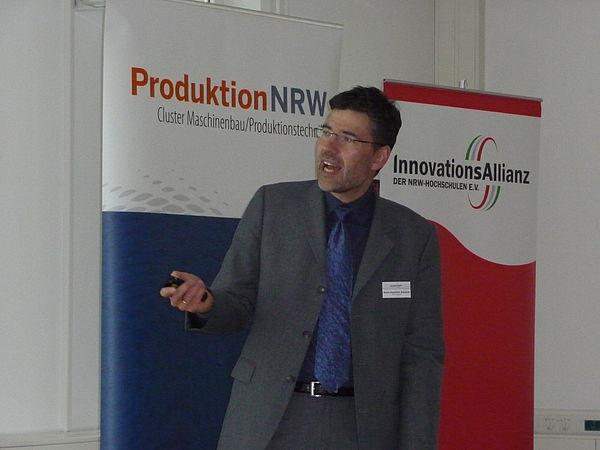 Foto (Universität Paderborn): Prof. Dr.-Ing. Hans-Joachim Schmid stellte das Direct Manufacturing Verfahren und zahlreiche Anwendungsmöglichkeiten vor.