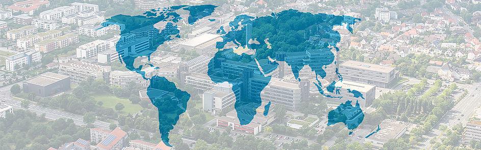 Weltkarte mit Luftbild der Universität Paderborn