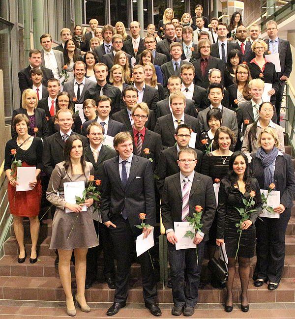 Foto (Universität Paderborn, Heiko Appelbaum): Der Absolventenjahrgang des Studienjahres 2011/2012 der Fakultät für Naturwissenschaften.