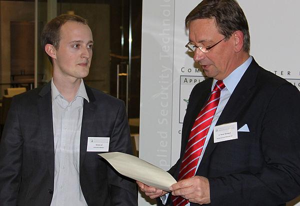 "Foto: Michael Laß (links) erhält den Förderpreis ""IT-Sicherheit""."
