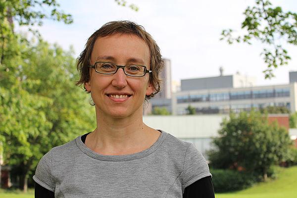 Foto (Universität Paderborn): Prof. Dr. Katharina Rohlfing wurde für ihre Forschung an grundlegenden menschlichen Kommunikationskonzepten ausgezeichnet.