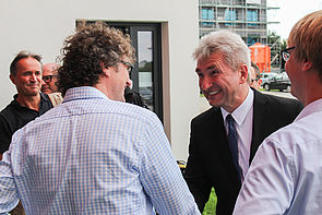 Foto (Universität Paderborn, Johannes Pauly): NRW-Wirtschaftsminister Prof. Dr. Andreas Pinkwart (r.) begrüßt Prof. Dr. Rüdiger Kabst im Technologiepark.