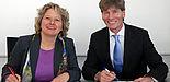 Foto (Norma Langohr): NRW-Wissenschaftsministerin Svenja Schulze und Präsident Prof. Dr. Nikolaus Risch unterzeichnen die Zielvereinbarung.