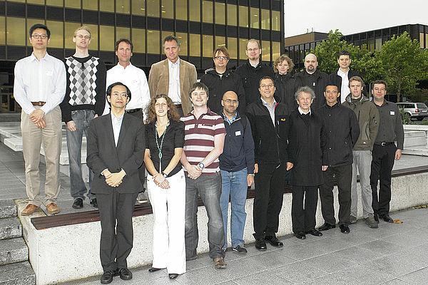 Foto (Universität Paderborn): Nadija Pejic, Start: Das EPiCS-Projektteam um Prof. Dr. Marco Platzner (vorne, 5. von rechts) und Dr. Christian Plessl (vorne, 1. von rechts) freut sich über den gelungenen Auftakt in Paderborn.